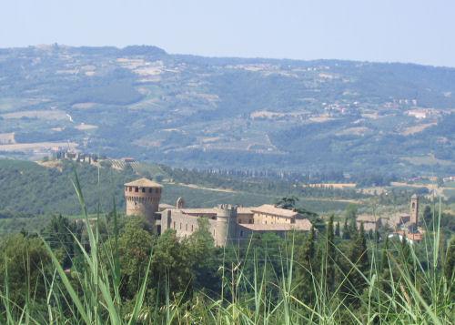 Il Castello della Sala immerso nella campagna circostante