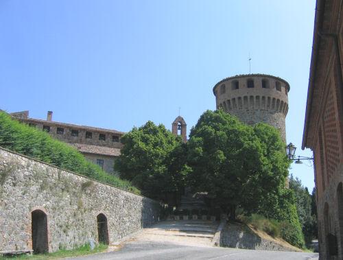 Lingresso del castello e il suo torrione